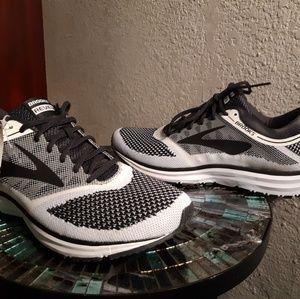 Brooks Revel size 11 mens running shoe NWT